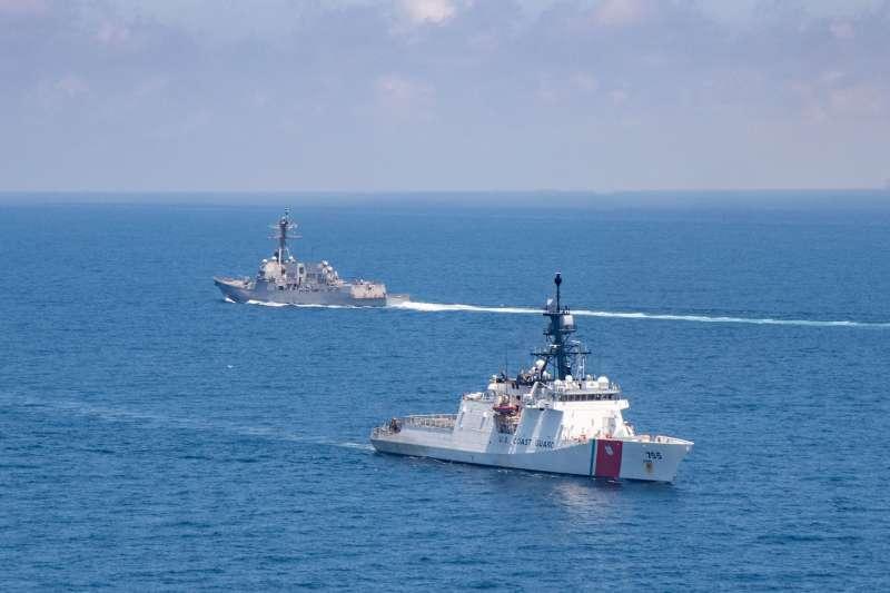 軍方證實,8月28日再有美艦通過台灣海峽。圖為美艦意外與海巡巡防艦同框。(取自美國海軍第七艦隊官網)