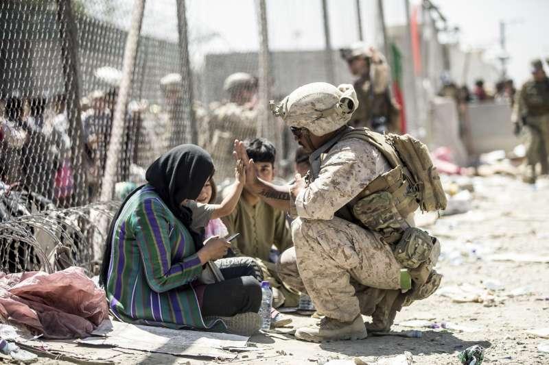 美國撤軍阿富汗,但阿富汗政府卻迅速垮台,導致民眾十分恐慌、倉促逃離。(資料照,美聯社)