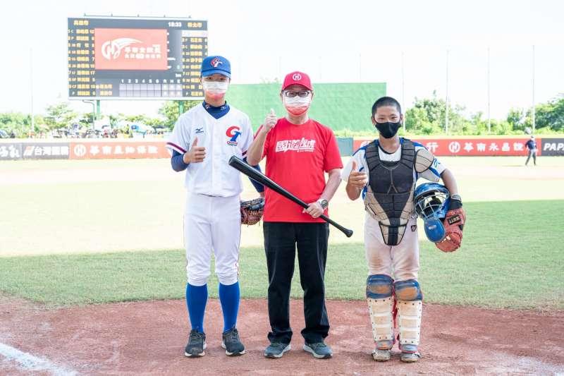 110年華南金控盃全國少棒冠軍賽,由華南銀行總經理張振芳(圖中)與上屆MVP吳旻哲(圖左)共同擔任開球貴賓。(圖/華南金控提供)