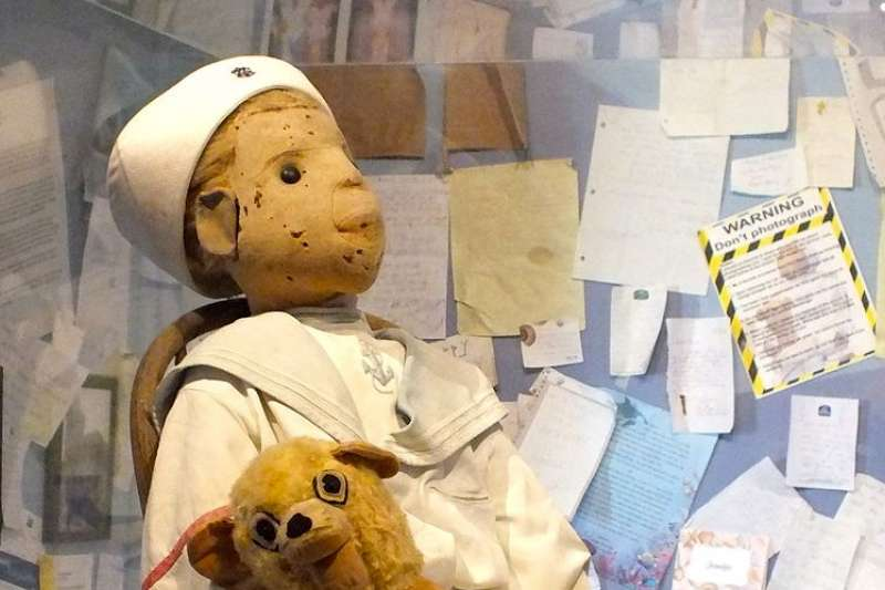 世界上有各式各樣的詛咒物,羅伯特娃娃正是最有名的詛咒娃娃之一,據說若嘲諷他、未經同意拍照會導致衰運上身。(圖/取自Wikipedia)