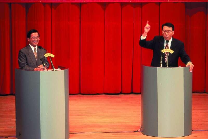 1989年,時任立委的趙少康(右)與郁慕明等人成立「新國民黨連線」;1993年,「新國民黨連線」脫離國民黨自組新黨。圖為趙少康以新黨新星之姿,與尋求市長連任的陳水扁競(左)選台北市長。(新新聞資料照)