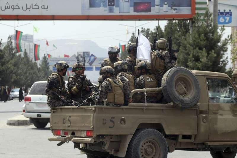 2021年8月31日,神學士武裝進入美軍已經撤守的喀布爾機場。(美聯社)