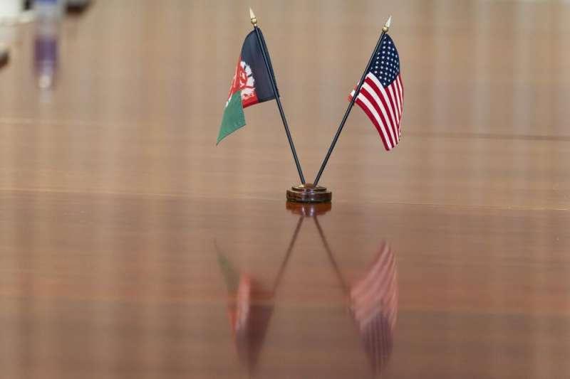 2021年6月25日,阿富汗總統賈尼前往美國白宮與美國總統拜登會面。美國國旗、阿富汗國旗。(AP)