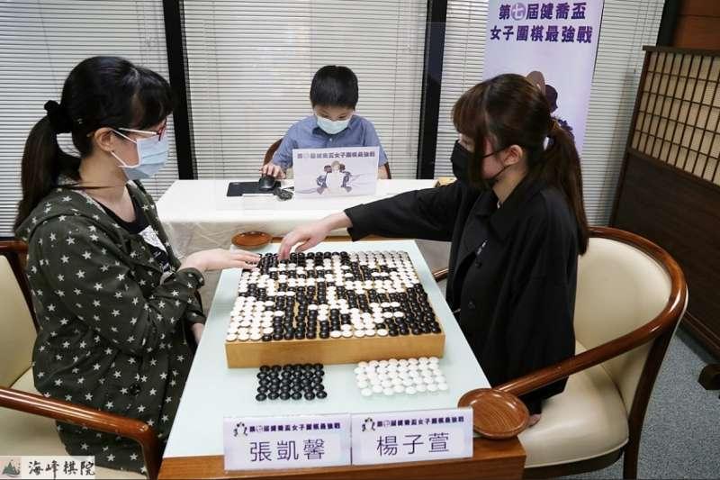 楊子萱四段與張凱馨六段創下了世界棋史上最長手數的記錄。(海峰棋院)