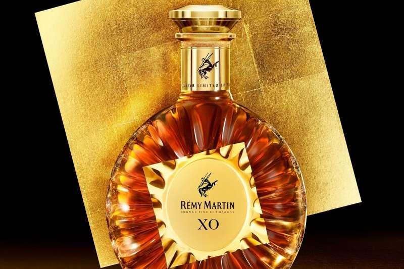 人頭馬X.O特優香檳干邑金箔匠心典藏版,由法國權威工匠打造18K金高雅瓶身(圖/人頭馬提供)