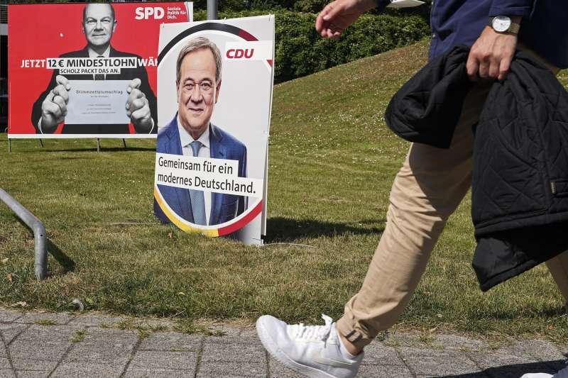 德國大選即將選出下一位德國總理。這是社會民主黨提名人蕭爾茨與基民盟提名人拉謝特的選舉海報。(AP)
