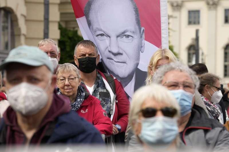 德國大選即將選出下一位德國總理。這是社會民主黨提名人蕭爾茨的選舉海報。(AP)