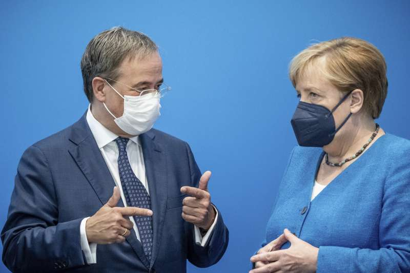 德國基民盟總理候選人拉謝特與德國總理梅克爾。(AP)
