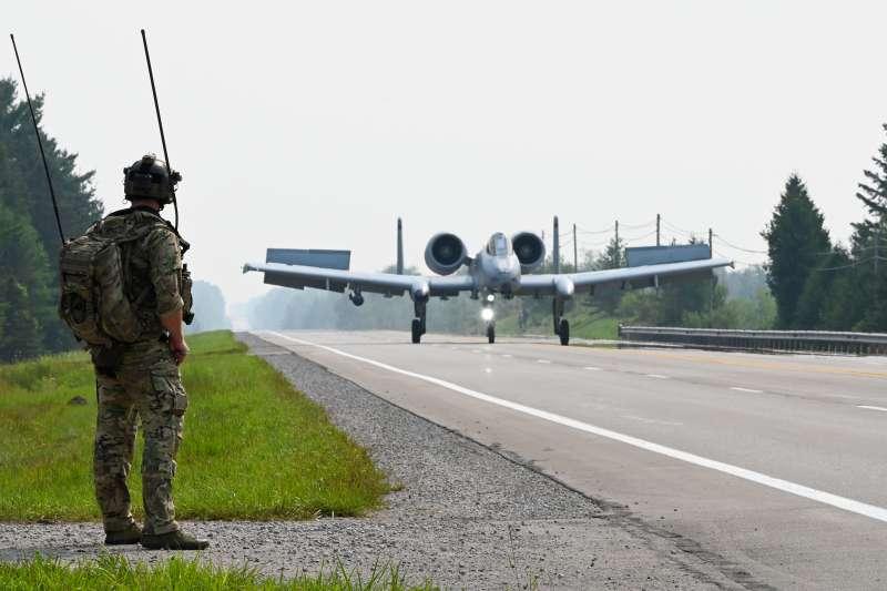 20210903-國軍漢光演習演練將於佳冬段執行戰備道起降,美軍8月亦曾執行類似演練,其最大特點是美國空軍作戰管制員(CCT)在地面導引飛機落下(見圖),這種人員戰管專業與立即接戰意識兼具的作法,值得我方參考。(取自USAFSOC網站)