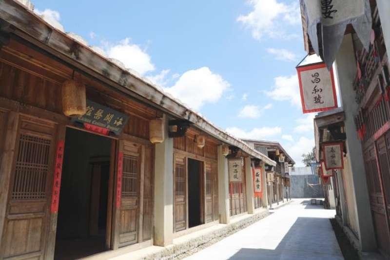 20210903-公視旗艦劇《斯卡羅》主要拍攝地點之一是台南的岸內糖廠影視基地,片場內重現明清時期台灣府城街坊、城門、市集及閩南式建築等街廓樣貌。(取自台南市政府網站)