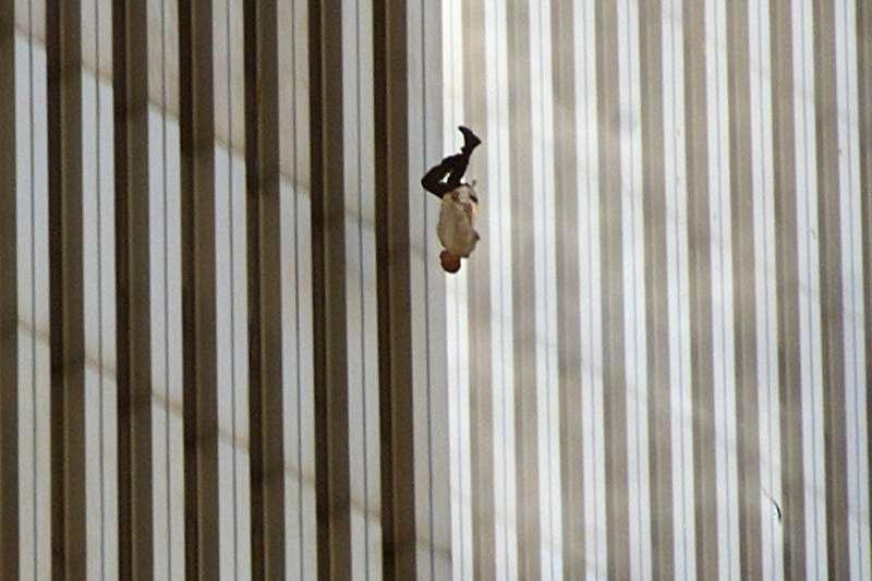 九一一事件20周年。2001年9月11日美國遭蓋達組織襲擊,19名蓋達組織恐怖分子劫持4架民航客機,將兩架飛機分別衝撞紐約世界貿易中心雙塔,建築物內許多人死亡及選擇墮樓輕生。(資料照,美聯社)