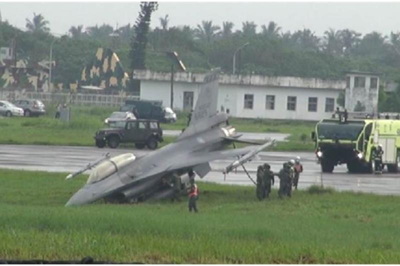 一架F-16戰機降落時失控沖出跑道(網路截圖)