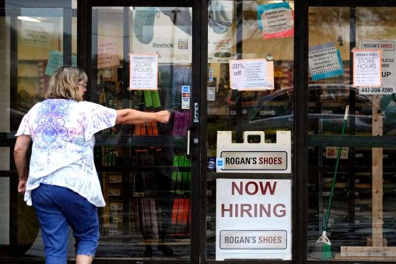 美國上周首次申請失業救濟金人數降至疫情期間的新低34萬人,許多僱主表示難以填補職位空缺。(AP)