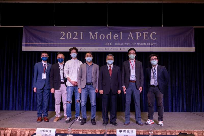 2021年9月8日,Model APEC中部場在台中揭幕,台中副市長令狐榮達與講師及主辦的亞太青年協會成員合影(亞太青年協會提供)