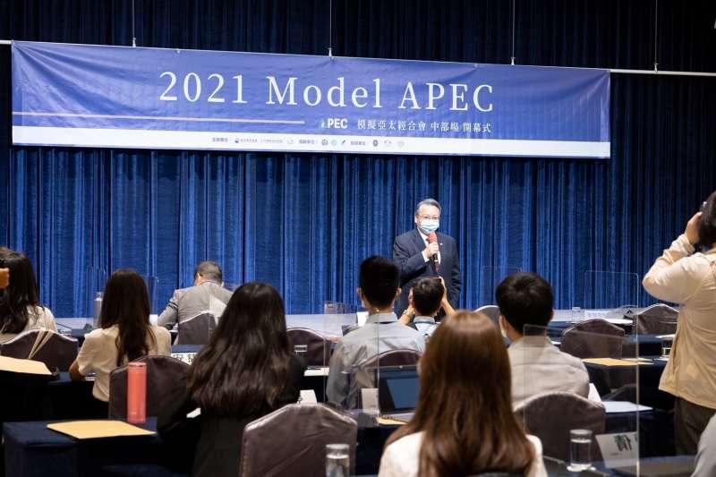 2021年9月8日,Model APEC中部場在台中揭幕,曾任我國外交部政務次長的台中副市長令狐榮達致詞(亞太青年協會提供)