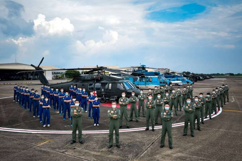 空軍司令部8日上午發布圖文介紹「慈航天使」空軍救護隊,圖中更披露該隊現役直升機型,一字排開,氣勢驚人。機型左起依序是UH-60M、EC-225、S-70C-6、UH-60M。(取自中華民國空軍臉書 )
