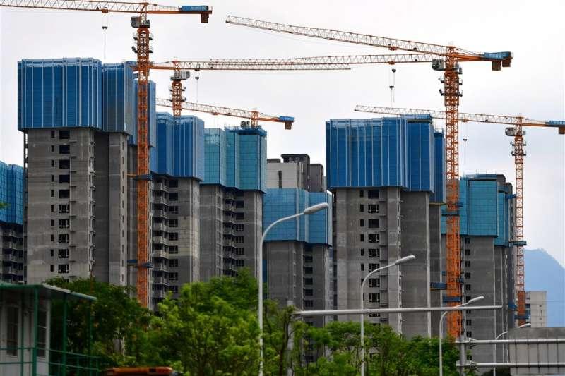 今年以來中國已有274家房地產公司發布破產文書,平均一天一家。圖為福建福州建設中的大樓。(中新社)