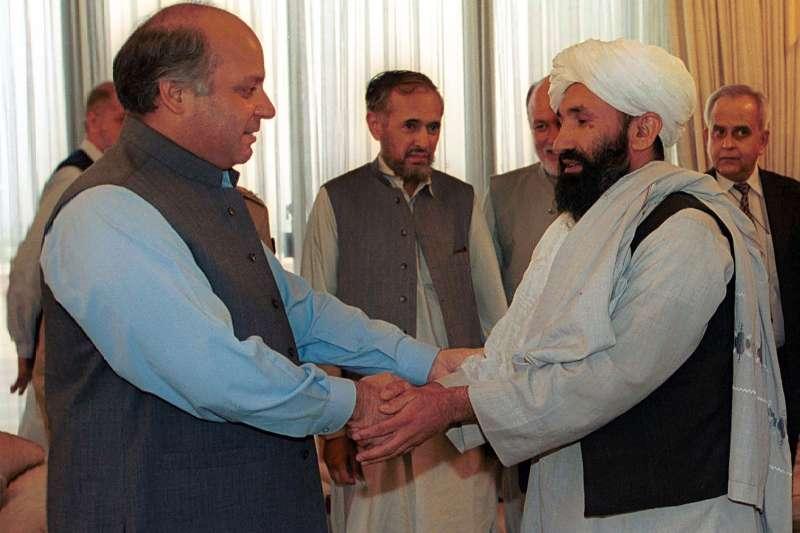 1999年8月25日,時任阿富汗外交部長的阿胡恩德(右)在伊斯蘭馬巴德受到時任巴基斯坦總理夏立夫的接見。(美聯社)