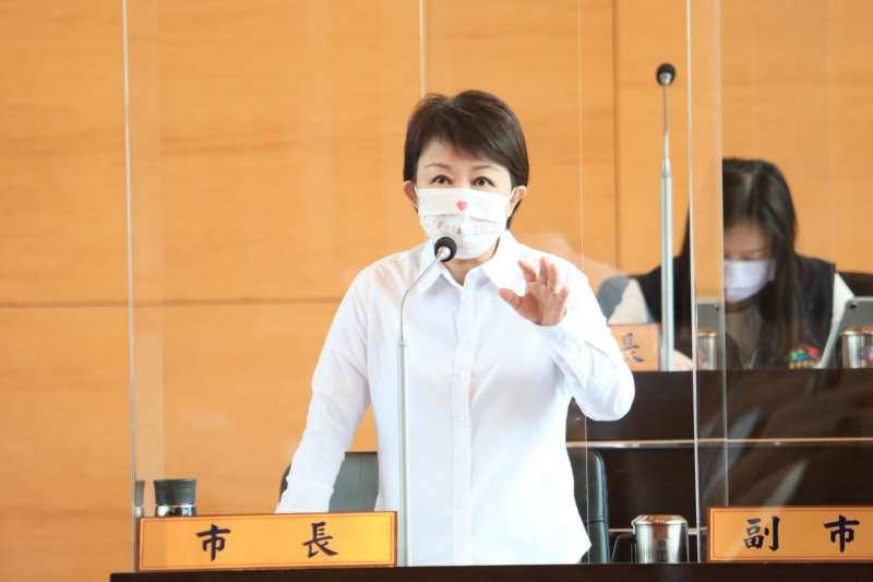 台中市長盧秀燕在議會答覆議員質詢最新疫苗注射時程。(圖/台中市政府)