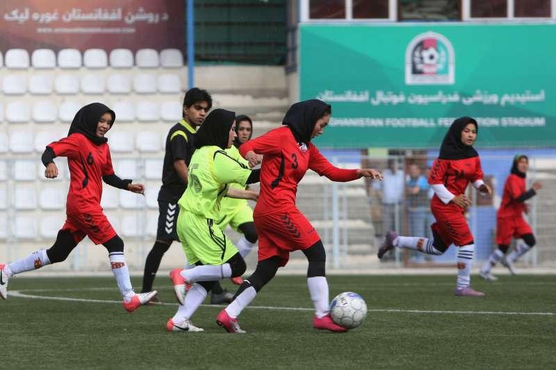 2014年,阿富汗女性足球選手正在首都喀布爾比賽(美聯社)