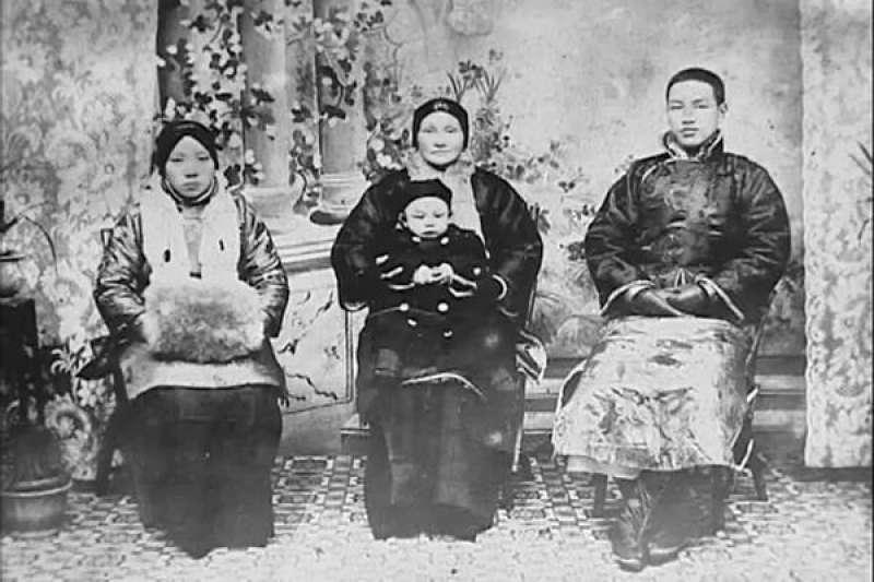 毛福梅(左)、蔣介石母親王采玉(中)、蔣介石(右)與蔣經國(蔣母抱著)。(圖/翻攝自維基百科)