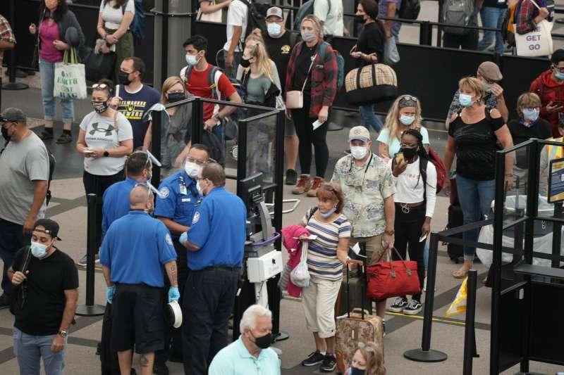 2021年8月24日,美國丹佛國際機場,旅客正排隊等待通過安檢站(美聯社)