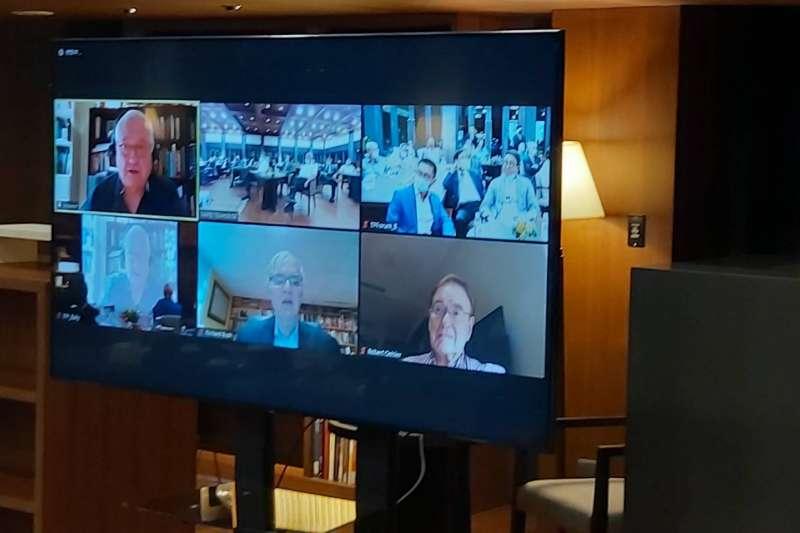 美國重量級智庫戰略暨國際究中心(CSIS)總裁兼執行長何慕禮博士(Dr. John Hamre), 8日在台北蔣經國總統圖書館,以「當前美國內政」為題進行視訊演講。(台北論壇提供)