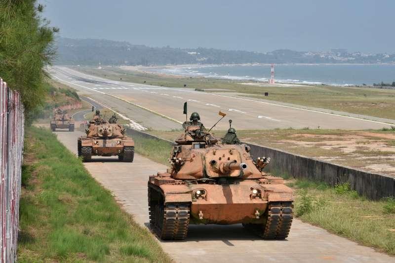 金防部的3輛M60A3戰車機動至戰術位置,由於配合現地環境偽裝,墨綠色的車身全都抹上黃土。(取自中華民國陸軍臉書)