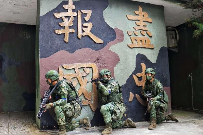 20210913-馬防部官兵於據點實施自衛戰鬥,人員全副武裝分持加裝榴彈發射器的T91步槍及T75機槍等武器,持續向外警戒。(取自中華民國陸軍臉書)