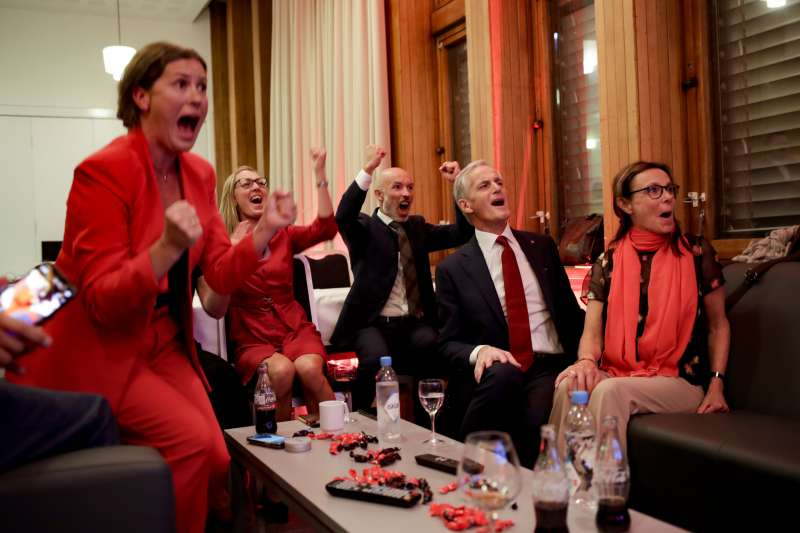 9月13日,挪威工黨領袖史托勒(右二)看到出口民調結果後,與身邊的人一起歡呼(美聯社)