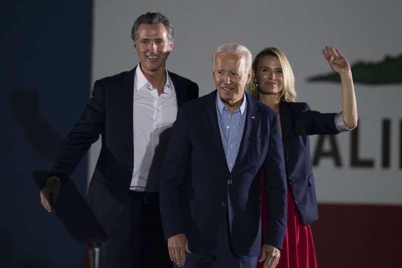 2021年9月13日,美國總統拜登為面臨罷免的加州州長紐森(Gavin Newsom,左)助陣(AP)