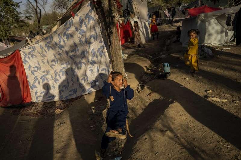 阿富汗首都喀布爾一處公園的兒童難民。(AP)