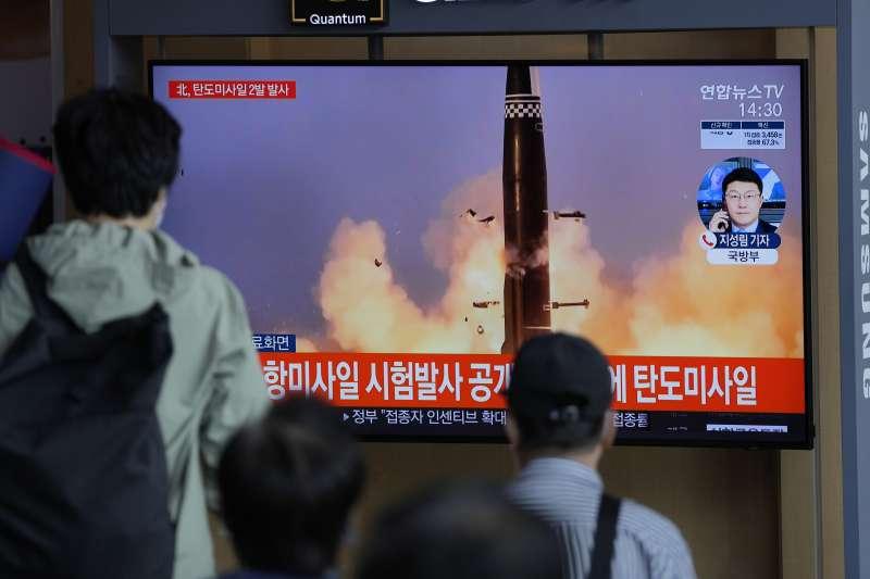 2021年9月15日,北韓向朝鮮半島東部海域發射2枚彈道飛彈,首爾街頭的大螢幕即時報導快訊。(美聯社資料照)