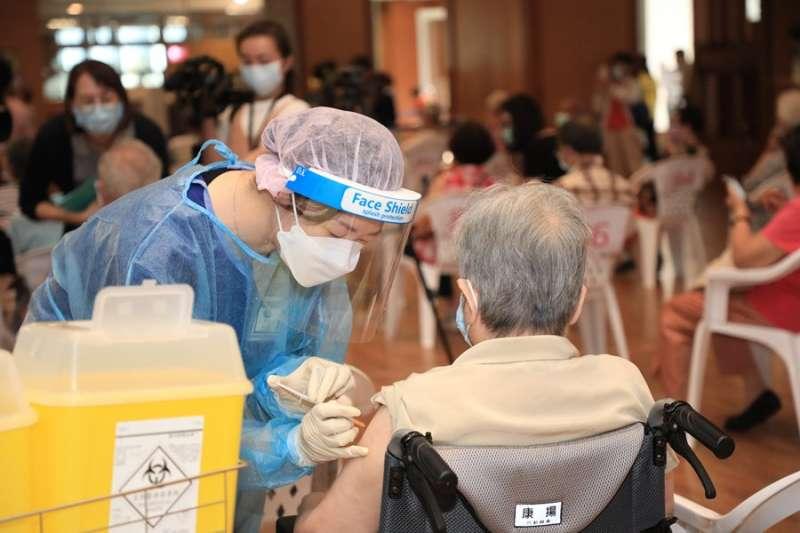 台中1名92歲老翁日前接種第2劑AZ疫苗後,當天晚上就出現發燒、抽搐等症狀,由家人緊急通報送往中國附醫救治,仍在9月17日身亡。示意圖。(資料照,取自台中市政府)