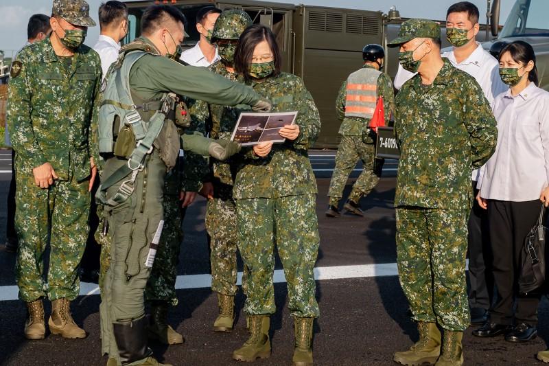 總統府發布的照片中,赫然出現飛官在向蔡英文簡報時,手中資料可辨認出我戰機升空攔截共機的畫面。(取自總統府Flickr)