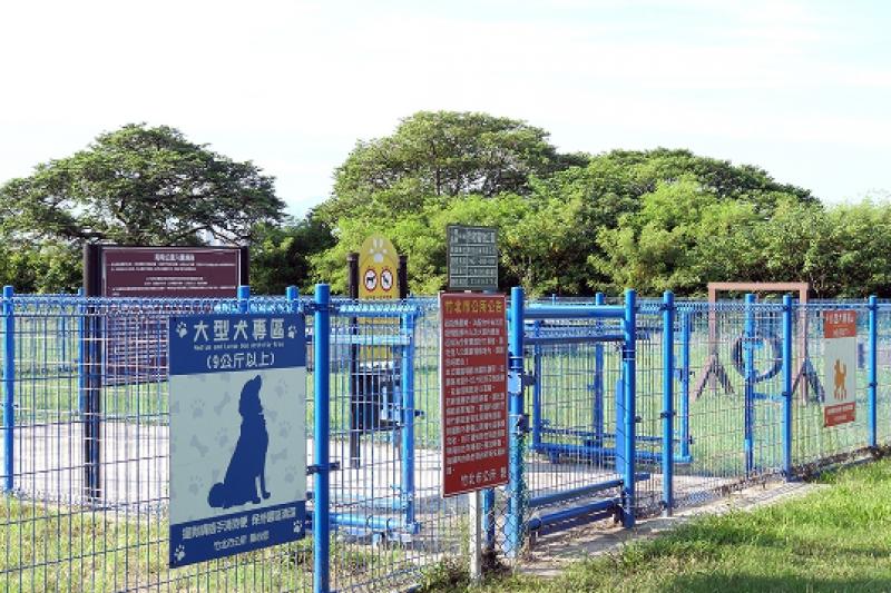 頭前溪堤外新闢有生態步道、寵物遊戲場等設施。(圖/楊馮元)