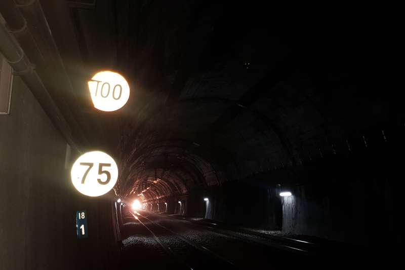 作者指出,太魯閣出軌事故中,列車行經的和仁隧道與三貂嶺隧道同長,但在往花蓮東正線18K+100處,貼出最高限速時速100公里告示牌。(黃德輝提供)