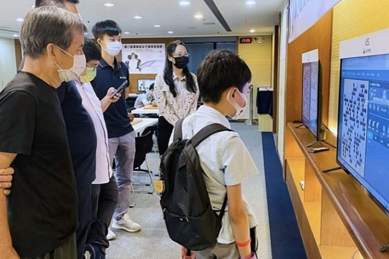 眾人在研究室觀戰,見證兩位對局者寫下棋史新紀錄。(海峰棋院)