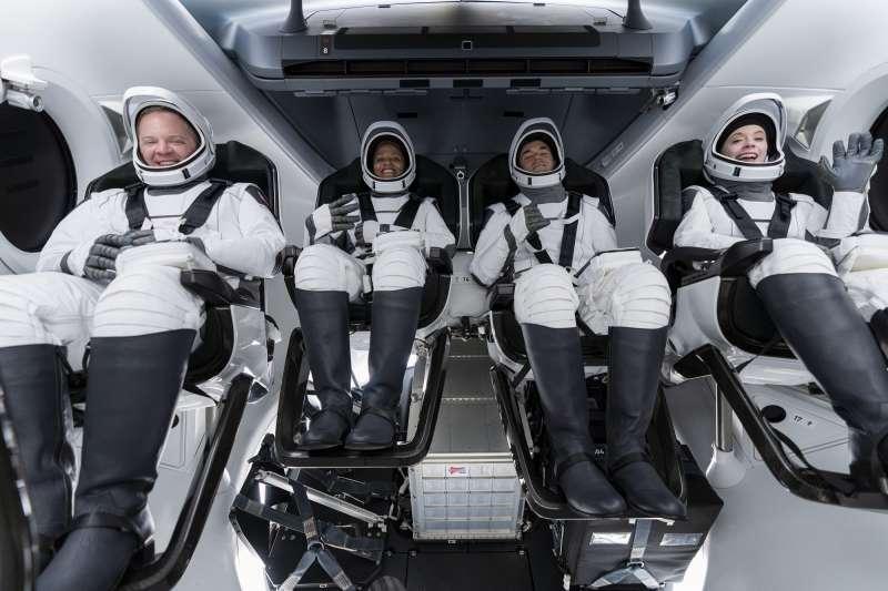 SpaceX全平民太空旅遊項目「Inspiration4」參與者:左起為森布羅斯基(Chris Sembroski)、普羅克特(Sian Proctor)、艾薩克曼(Jared Isaacman)、阿索諾(Hayley Arceneaux)。(AP)