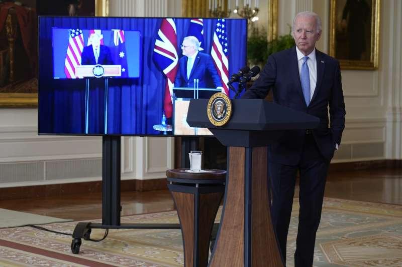 美國總統拜登與英國首相強森、澳洲總理莫里森15日舉行線上會議。(美聯社)