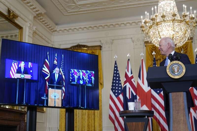 美國總統拜登與英國首相強森、澳洲總理莫里森15日舉行線上會議,外界稱為「新三邊同盟」。(美聯社)