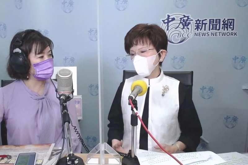 國民黨前主席洪秀柱(右)接受媒體人王淺秋(左)訪問。(取自《中廣》)