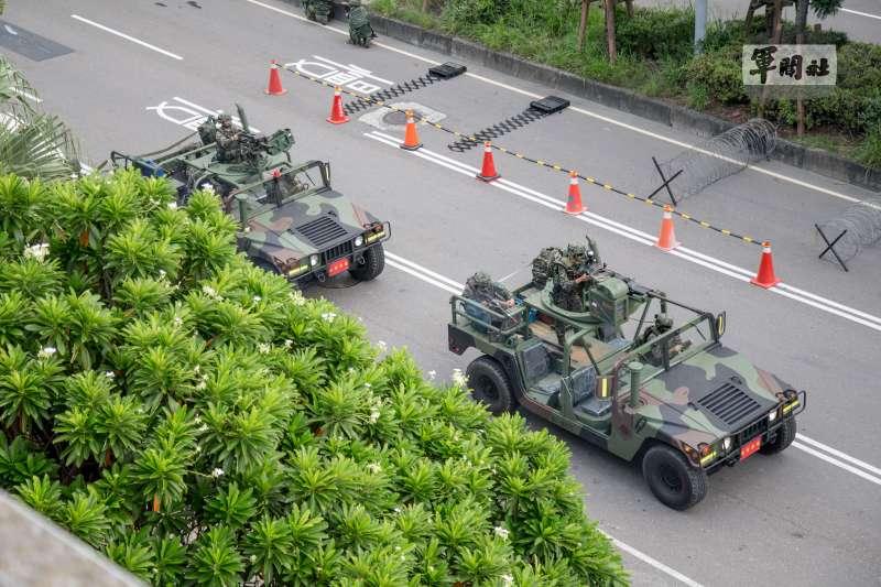 陸戰隊快反部隊以搭載20機砲和40榴彈機槍的悍馬車為載具,使其機動性與火力兼具,對付多半屬輕裝的敵特攻人員,足以發揮打擊壓制之效。(取自軍聞社)