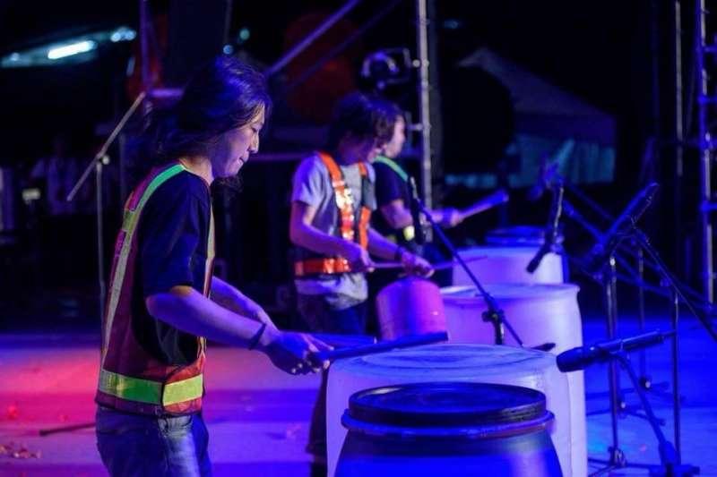 「二手貨Stomp亂打秀」以環保為理念,擅長將廢棄物品改造成樂器,甚至把資收場搖身變為舞台。(圖/新北市文化局提供)