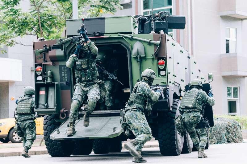 國軍漢光37號演習實兵演練在17日進入最後階段,憲兵此次主要負責重要目標的反特攻作戰,分別投入CM33裝步戰鬥車及CM34 30機砲戰鬥車等新銳武裝。(取自中華民國憲兵指揮部臉書)