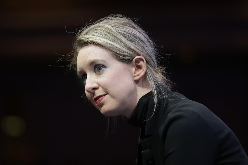 2021年9月,美國矽谷(Silicon Valley)頭號詐欺犯、Theranos生技公司創辦人霍姆斯(Elizabeth Holmes)受審(AP)