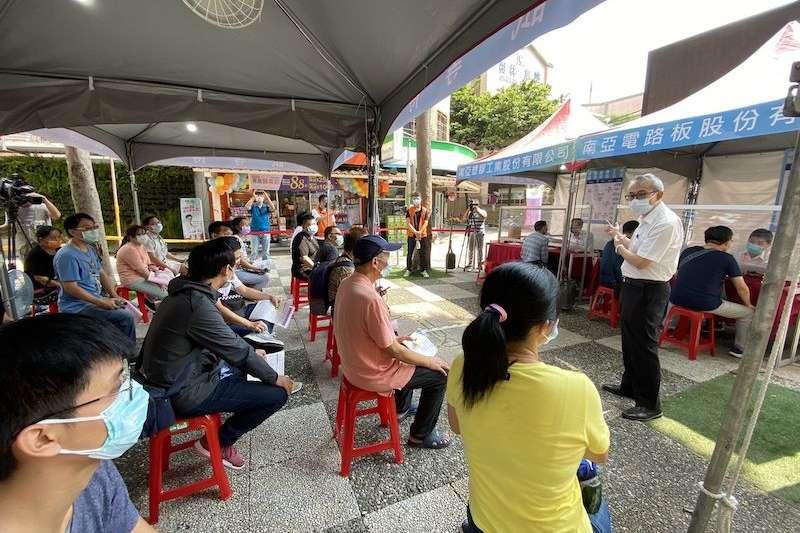 南亞廠商代表徵才現場向民眾說明職缺內容及福利。(圖/新北市勞工局提供)