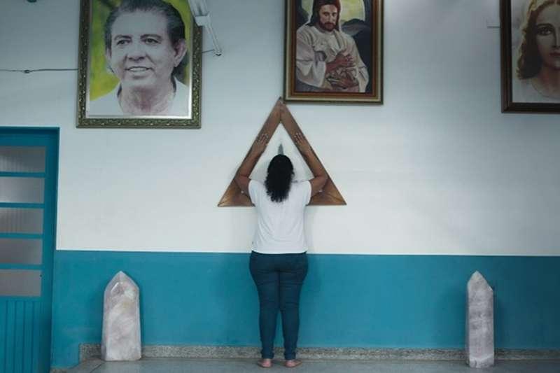 Netflix紀錄片《上帝的約翰:靈療師的罪行》講述巴西一件令人髮指的邪教性侵案,受害者多達300人,當中更包括行兇者的親生女兒。(圖/擷取自Netflix)