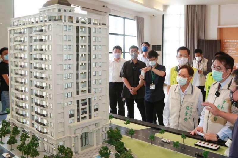 台南市長黃偉哲搶振興券商機,霸氣贈送輕豪宅。(圖/台南市政府提供)