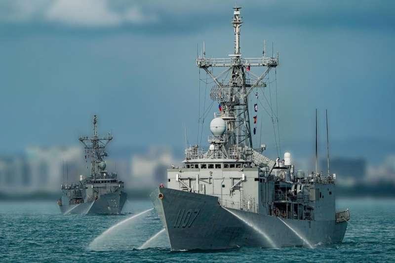 漢光演習,成功級艦航行同時持續向兩側噴水,模擬航道可能被敵方先行布雷,水柱可作為不讓水雷飄向自己的最終手段。(取自海軍臉書)